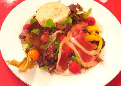 Assiette de foie gras et son accompagnement de salade